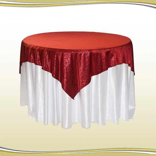 میز گرد فلزی با کاور تریگالت سفید و لچکی زرشکی