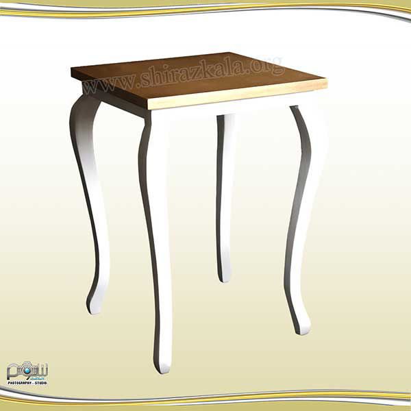 تصویر میز کیک کوئین سفید با صفحه طلایی
