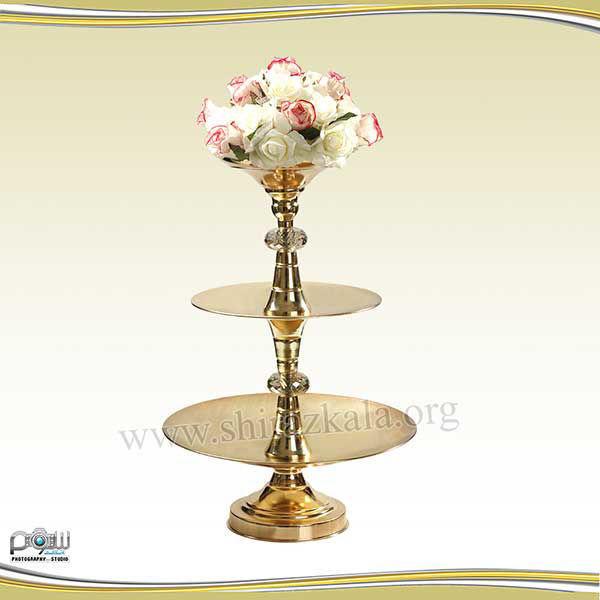 تصویر ظرف سه طبقه طلایی میوه و شیرینی با گل رز