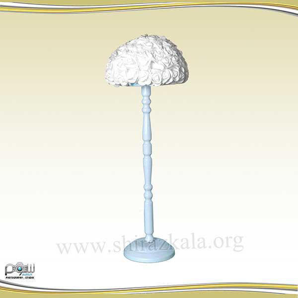 تصویر پایه گل آبی با گل رز سفید